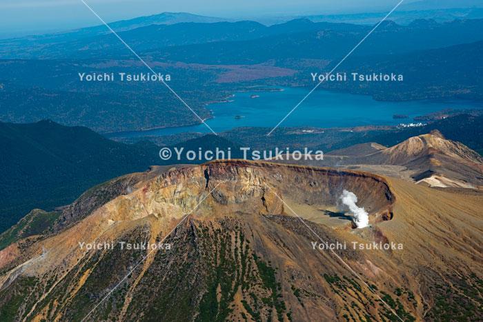 【空撮】阿寒国立公園、雌阿寒岳から阿寒湖/2012月岡陽一